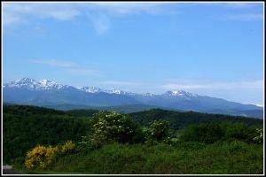 Vue sur les Pyrénées ariègeoises,les monts d'Olmes et à Gauche le Pic St Barthélémy et en dessous le chateau de Monségur