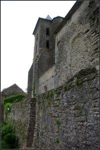 Léglise priorale de Camon dans son ecrin de remparts